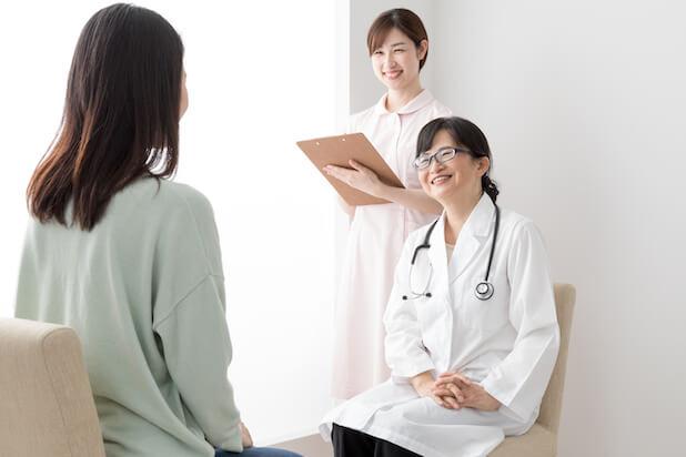 妊婦健診を受ける女性、喜ぶ、医者、女医、看護師